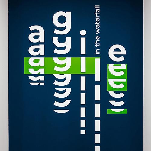 типографика в оформлении стен офиса компании Эскейп