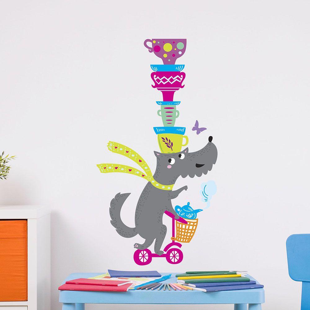Изображение Собака на самокате и с чашками на голове