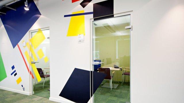 Изображение 1 - оформление стен офиса в стиле конструктивизма